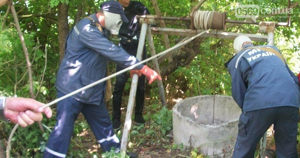 Новомосковский район: спасатели и водолазы достали из колодца тело женщины, фото-1