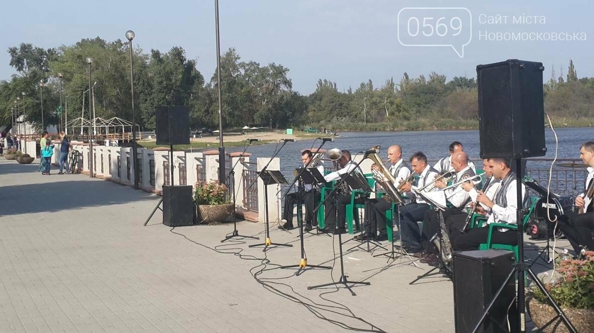 На набережной Новомосковска играл оркестр , фото-4