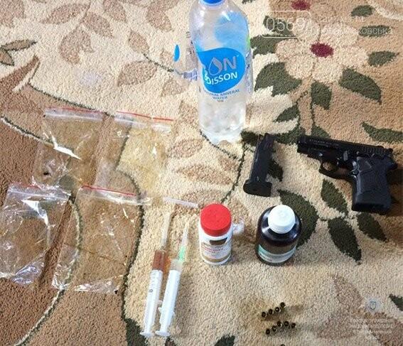 У мешканки Новомосковська під час обшуку виявили зброю та наркотики, фото-1