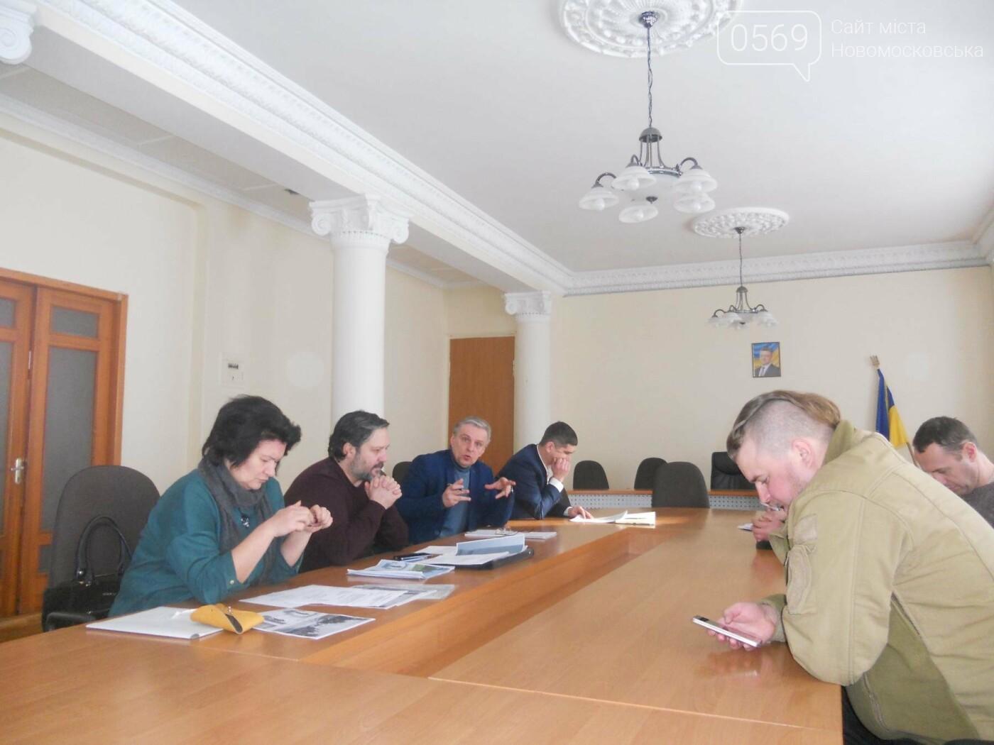 У Новомосковській міськраді відбулася робоча зустріч з автором ескізу памятника героям АТО, фото-1