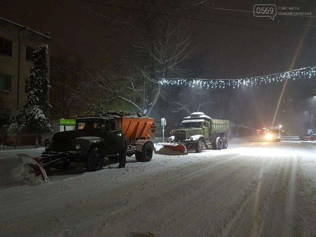 В Новомосковске продолжают борьбу со снегом , фото-1