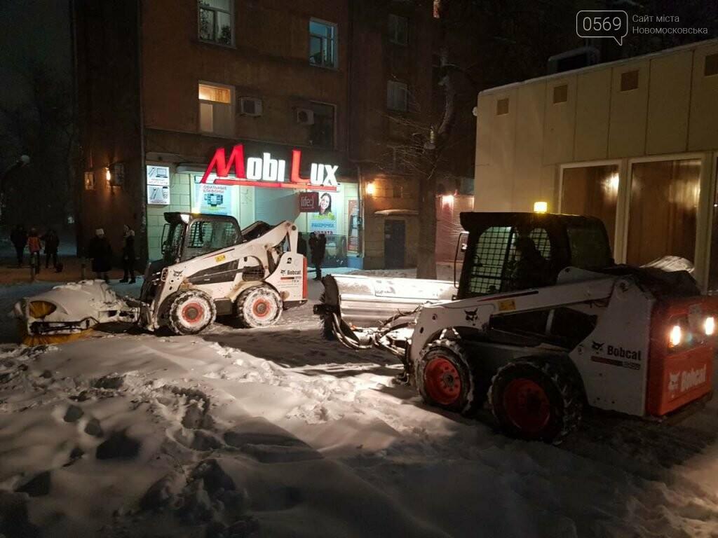 В Новомосковске продолжают борьбу со снегом , фото-2