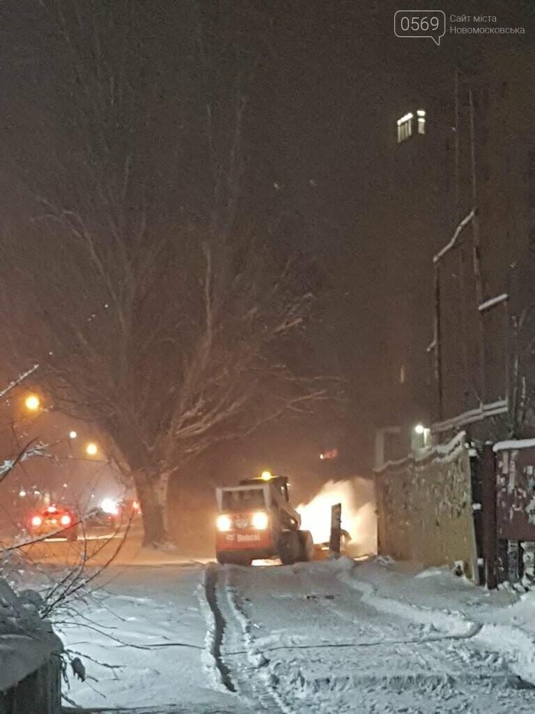 В Новомосковске продолжают борьбу со снегом , фото-3