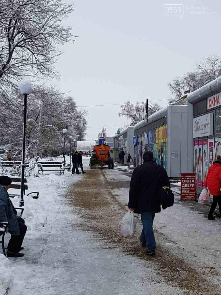 В Новомосковске продолжают борьбу со снегом , фото-4