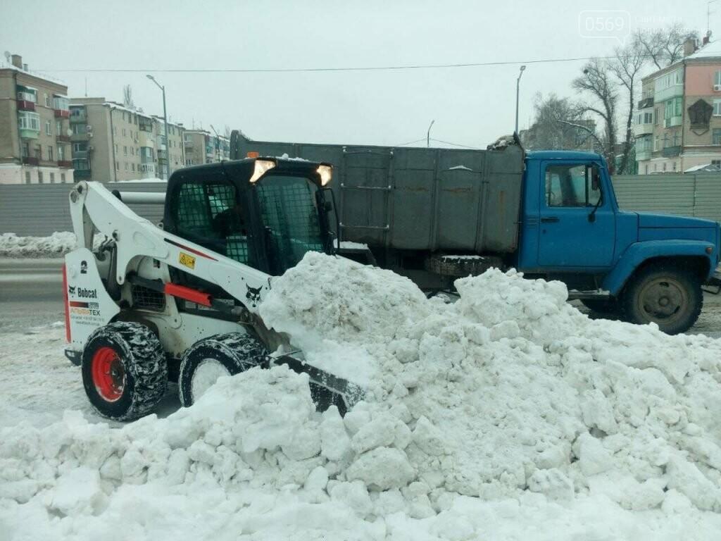 Новомосковские коммунальщики вывозят снег на утилизацию, фото-1