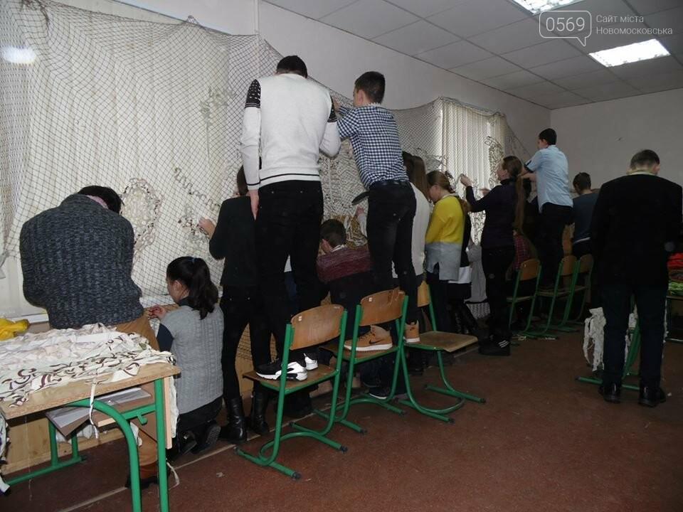 В Новомосковську волонтери плетуть маскувальні сітки для ЗСУ, фото-3