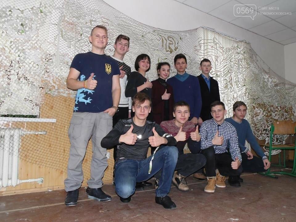 В Новомосковську волонтери плетуть маскувальні сітки для ЗСУ, фото-1