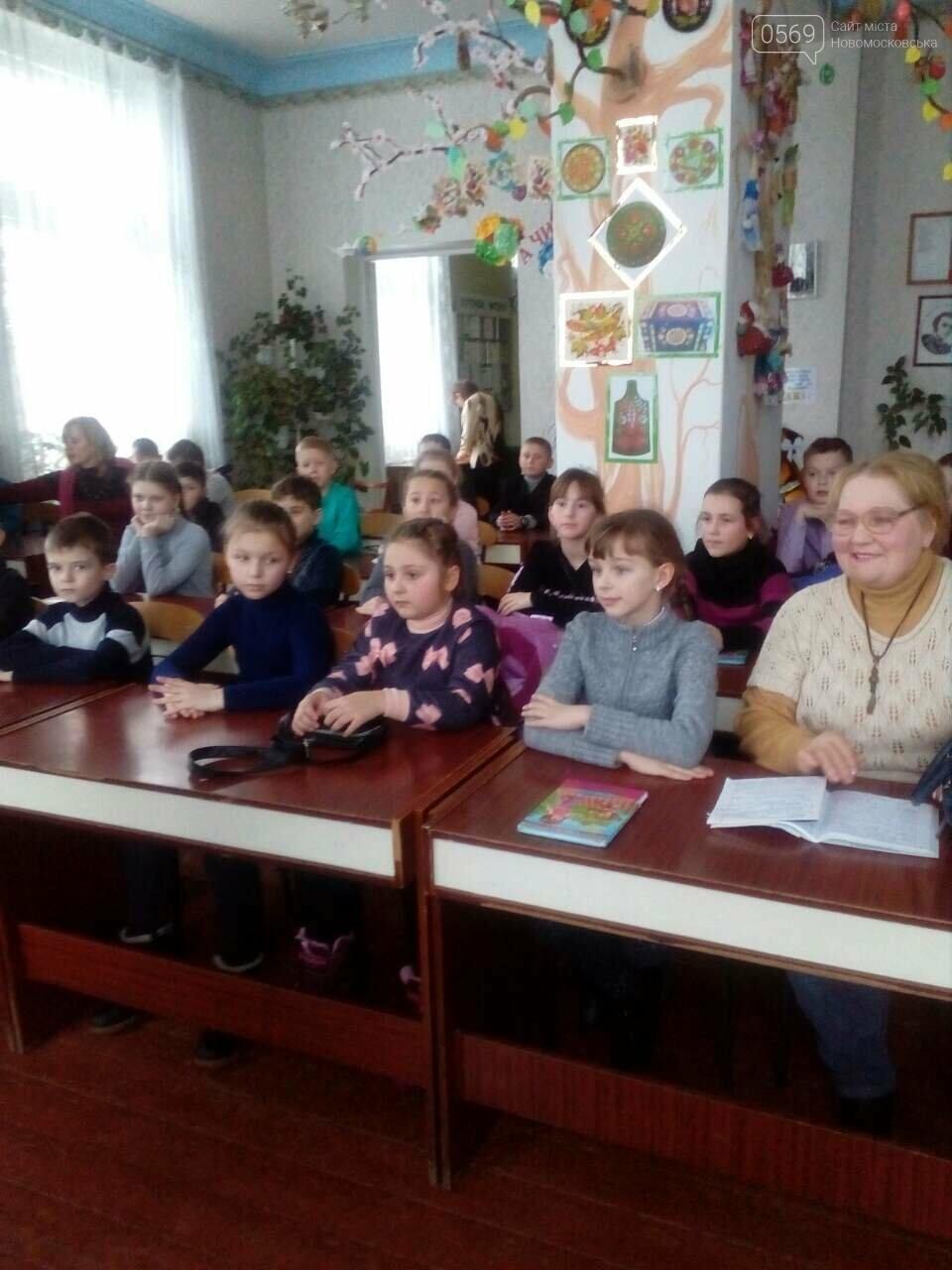 Юні читачі Новомосковська зустрілися з відомою поетесою, фото-1