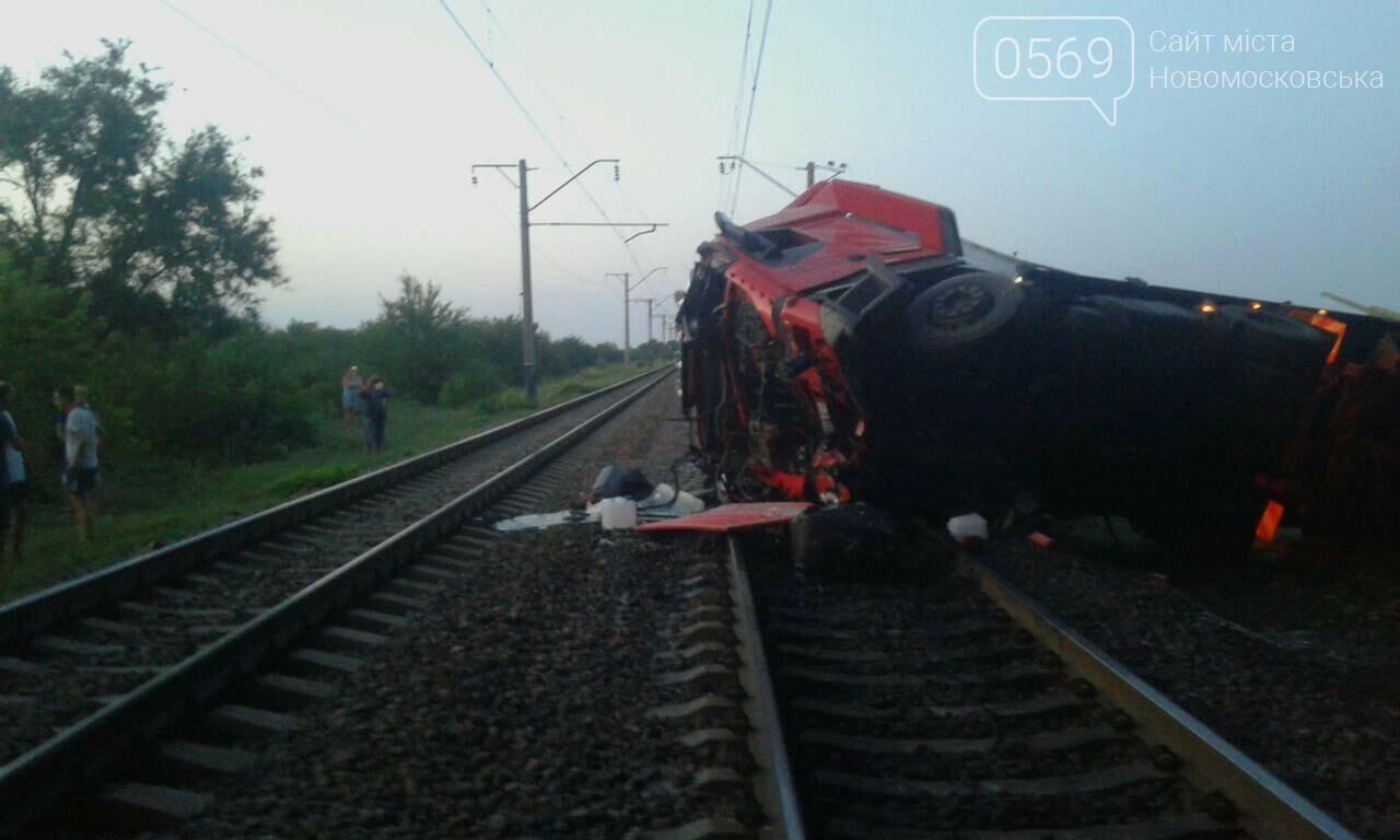 Масштабна ДТП на Новомосковщині: вантажівка впала з мосту на залізничні колії, фото-2