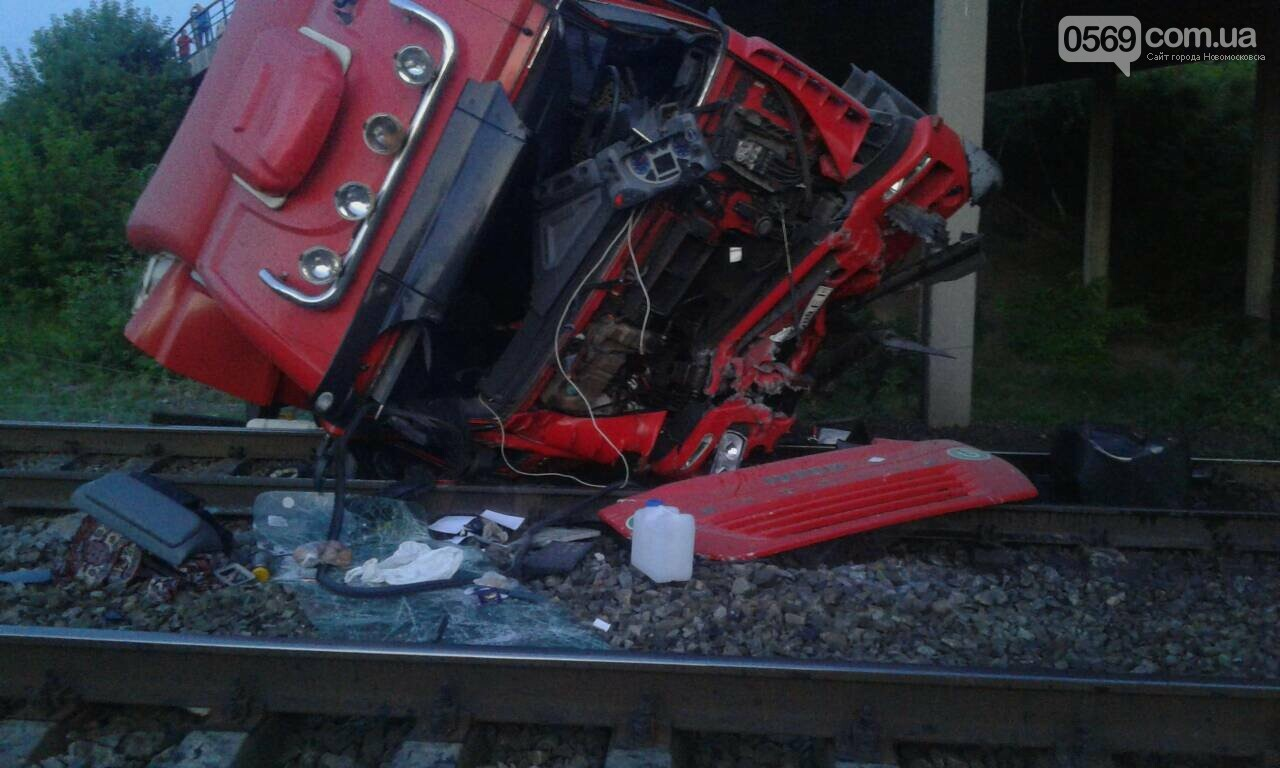 Масштабна ДТП на Новомосковщині: вантажівка впала з мосту на залізничні колії, фото-1