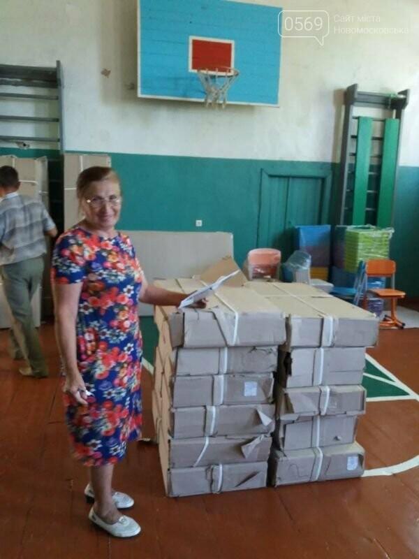 Школи Новомосковщини повністю забезпечили підручниками та новими партами для першокласників, фото-3