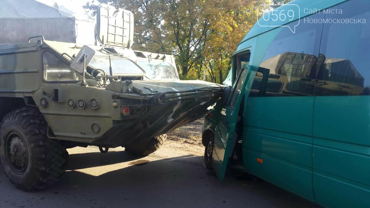 На Новомосковщині зіштовхнулися маршрутка та військовий автомобіль, фото-1