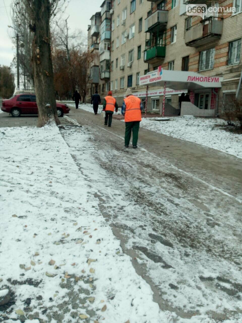 У Новомосковську боряться з ожеледдю на тротуарах, фото-1