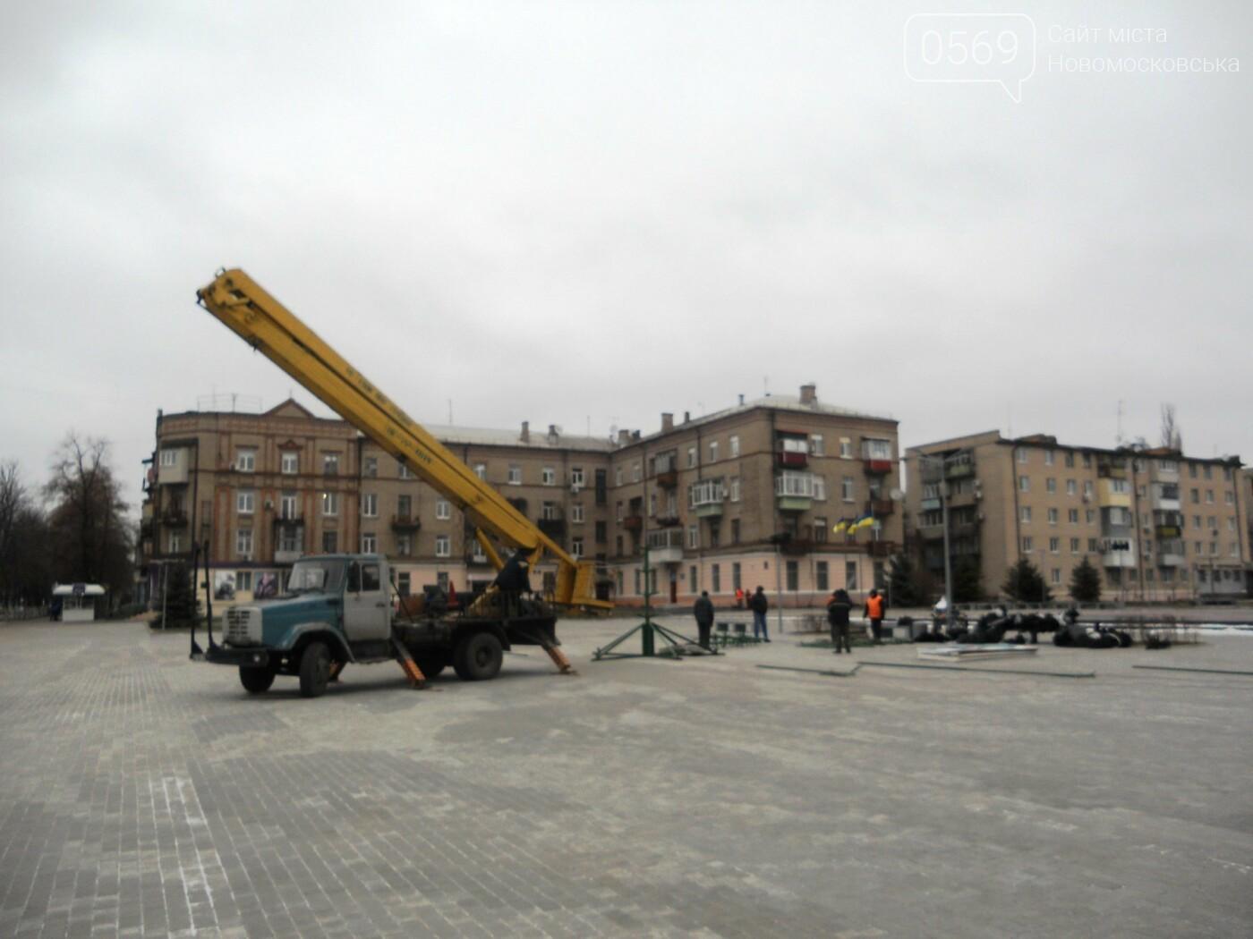У Новомосковську розпочали встановлювати міську ялинку, фото-1