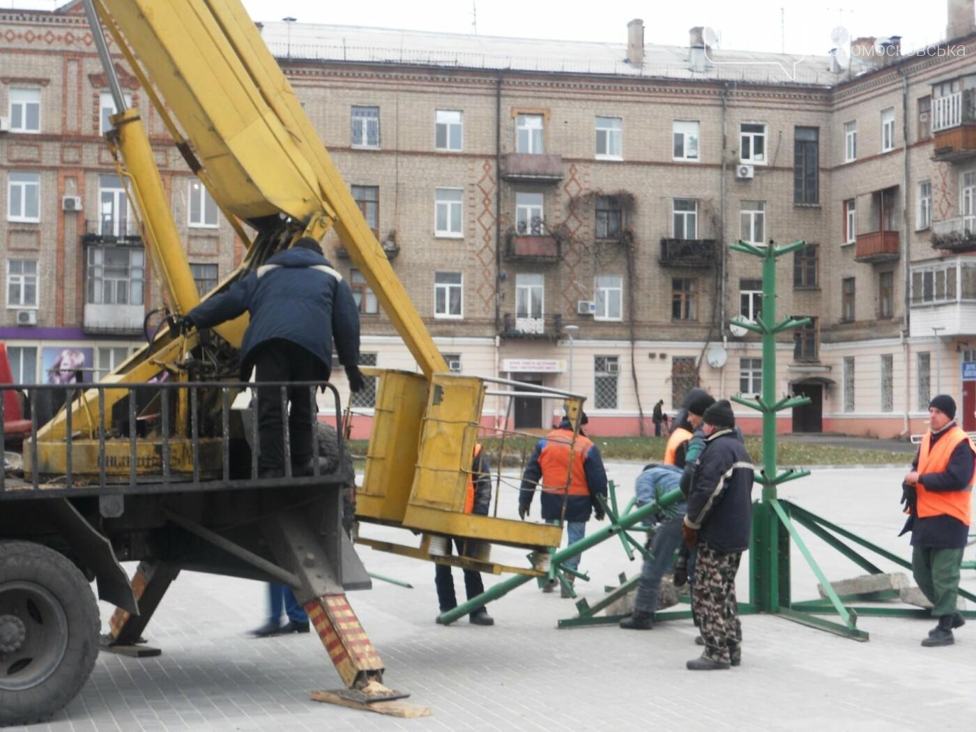 У Новомосковську розпочали встановлювати міську ялинку, фото-4