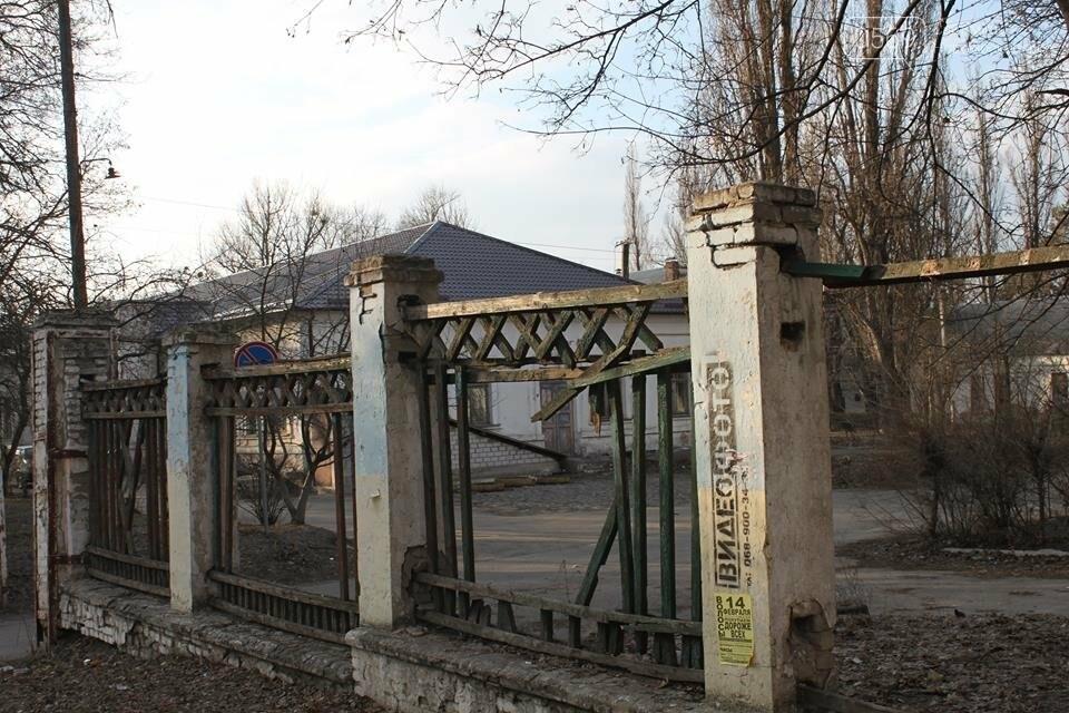 В центрі Новомосковська демонтують аварійний паркан, фото-1