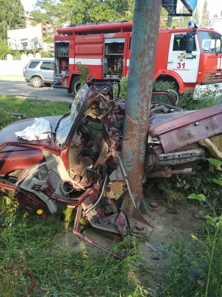 У Новомосковську рятувальники доставали водія з машини за допомогою гідравлічних ножиць, фото-2