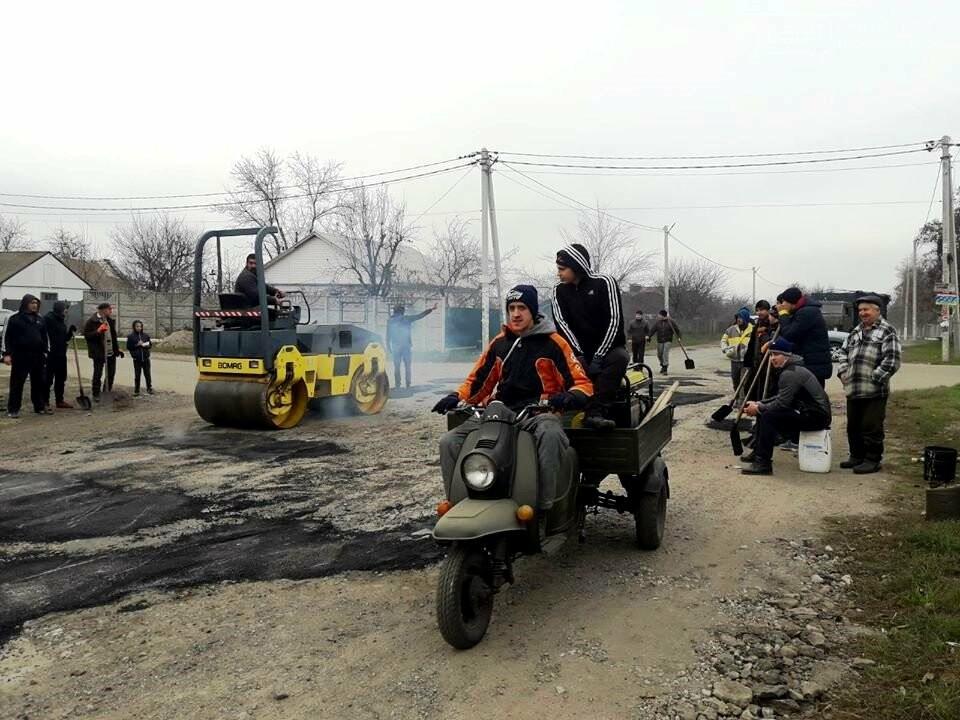 Мешканці Спаського, що на Новомосковщині, скинулися коштами і власноруч відремонтували сільську дорогу, фото-1