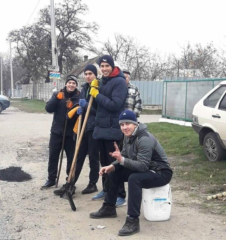 Мешканці Спаського, що на Новомосковщині, скинулися коштами і власноруч відремонтували сільську дорогу, фото-4