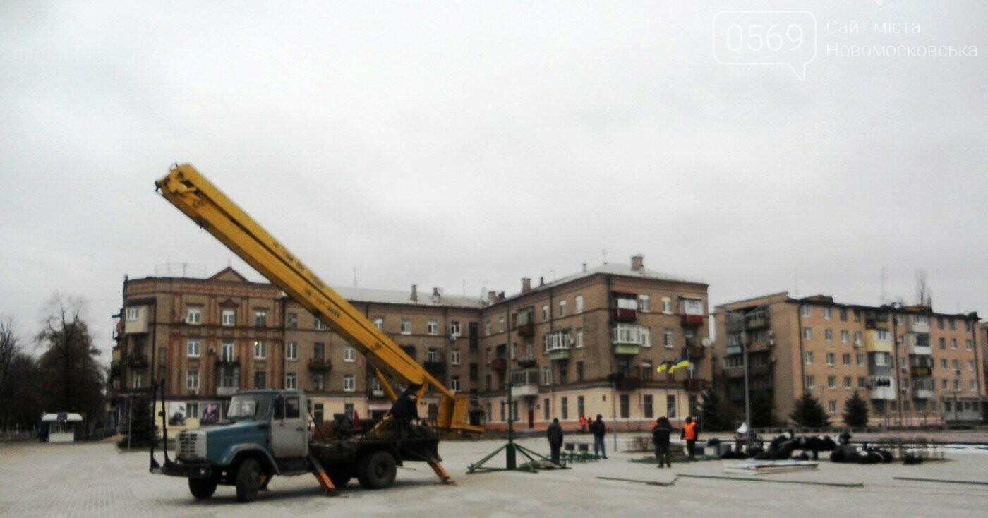 У Новомосковську розпочали встановлювати новорічну ялинку, фото-1