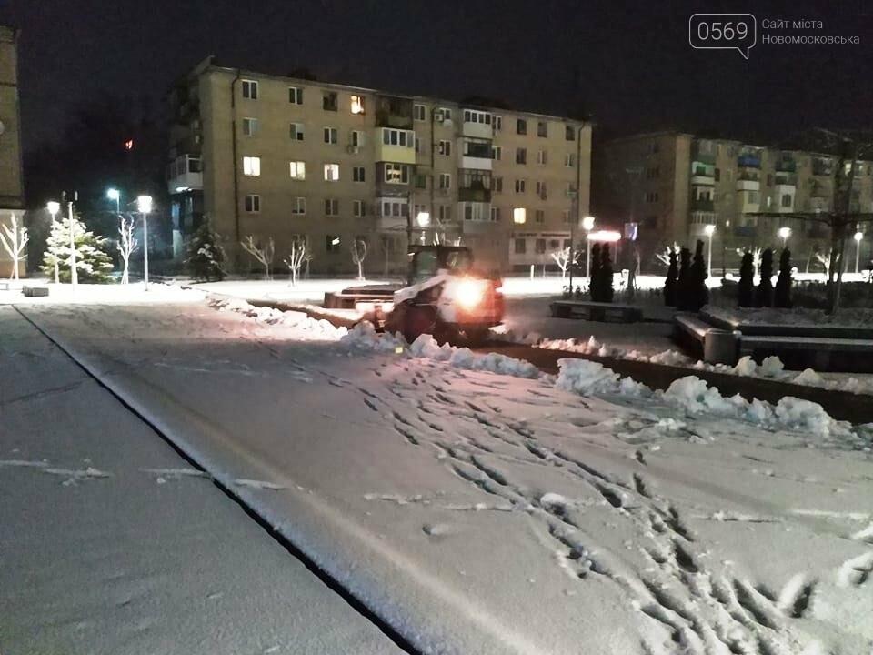 Очищати дороги в Новомосковську вийшли 50 комунальників, фото-1