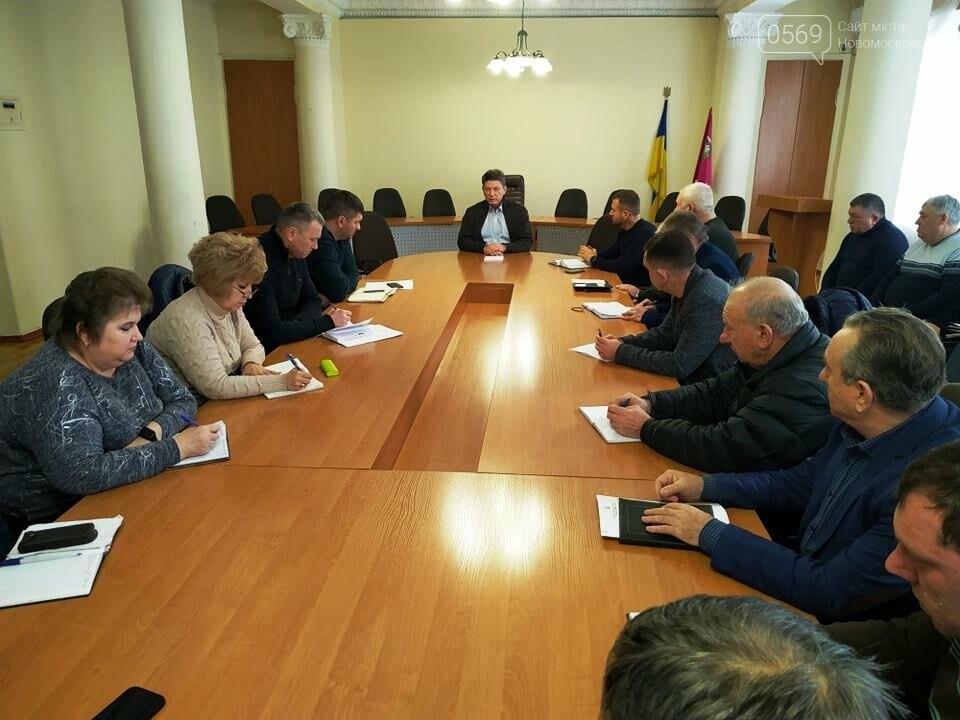 Очищати дороги в Новомосковську вийшли 50 комунальників, фото-3