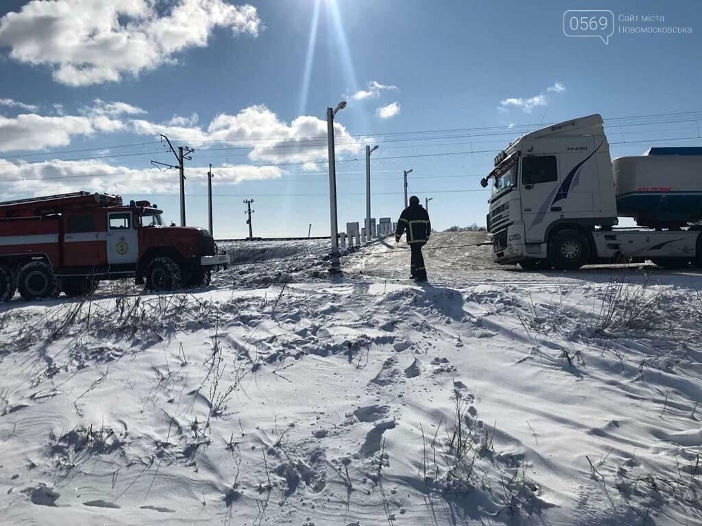 На Новомосковщині рятувальники витягли з замету автоцистерну: вантаж, 20 тонн олії, і водій не постраждали, фото-1