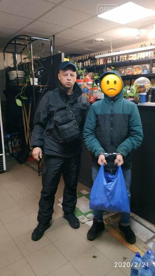 В Меліоративному Новомосковського району злодій заліз в магазин: вибратися назад не зміг - зате «наївся від пуза», фото-1