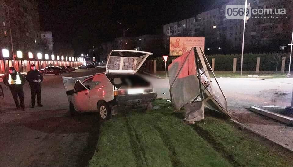 У Новомосковську 25-річний водій не впорався з керуванням та наїхав на опору ЛЕП, фото-1