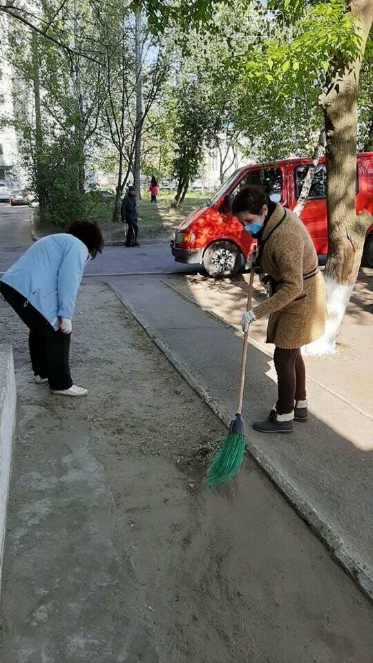 У Новомосковську працівники органів самоврядування та бюджетники прибирали місто: фото, фото-2