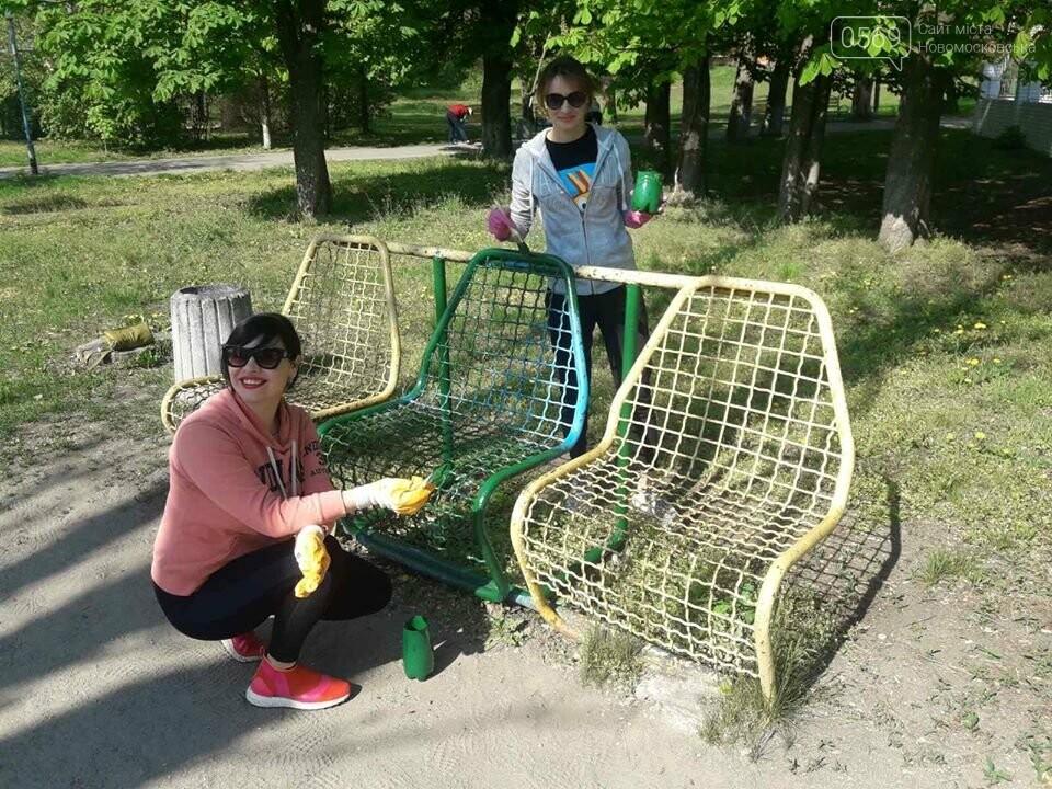 У Новомосковську працівники органів самоврядування та бюджетники прибирали місто: фото, фото-1