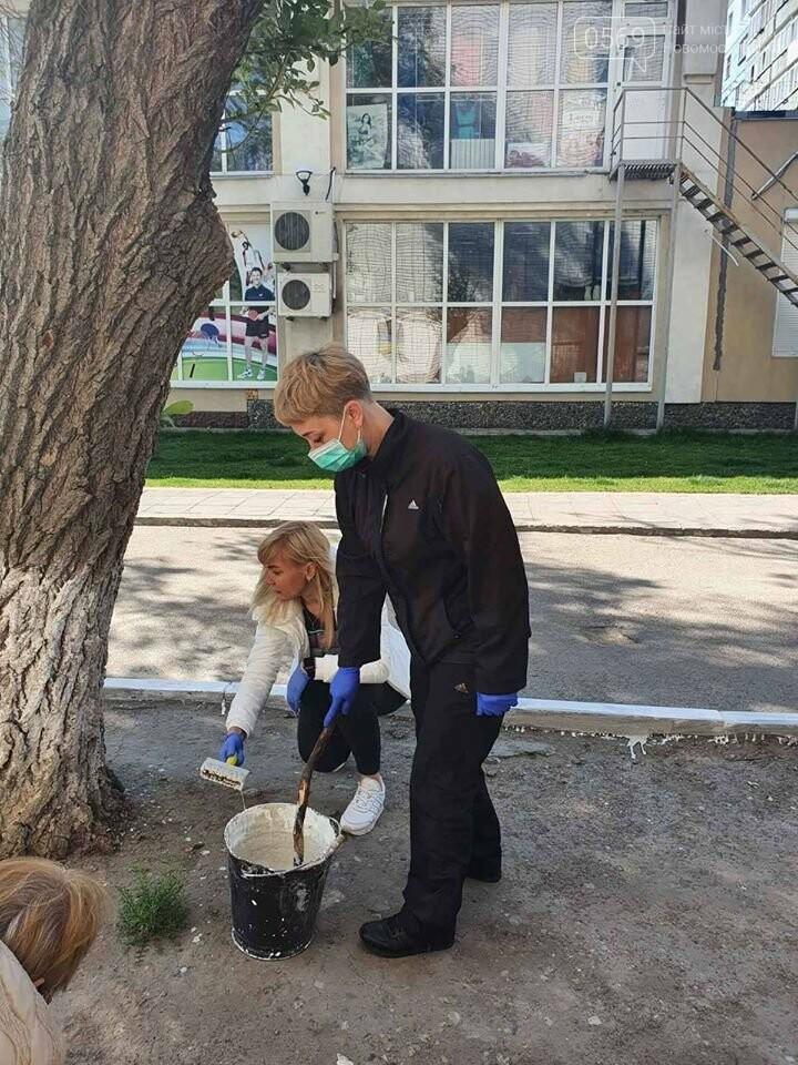 У Новомосковську працівники органів самоврядування та бюджетники прибирали місто: фото, фото-7