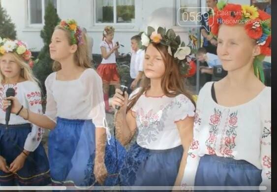 Школярі Новомосковська долучилися до всеукраїнського флешмобу до Міжнародного дня вишиванки: перегляньте ВІДЕО, фото-2