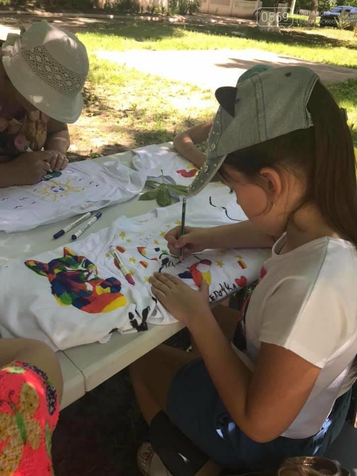 У Новомосковському терцентрі до Дня друзів провели майстер-класи з розфарбування футболок, фото-1