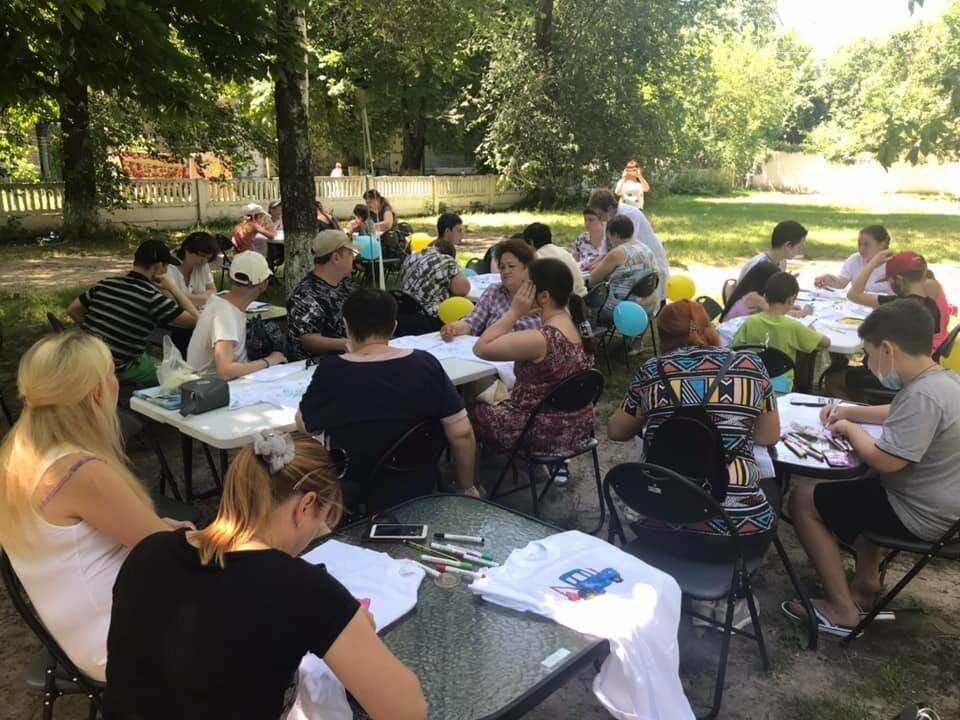 У Новомосковському терцентрі до Дня друзів провели майстер-класи з розфарбування футболок, фото-2