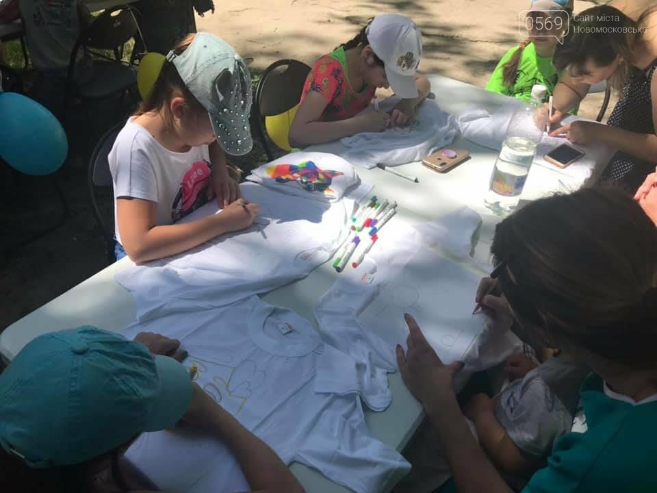 У Новомосковському терцентрі до Дня друзів провели майстер-класи з розфарбування футболок, фото-3