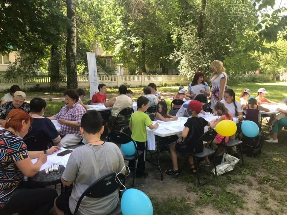 У Новомосковському терцентрі до Дня друзів провели майстер-класи з розфарбування футболок, фото-7