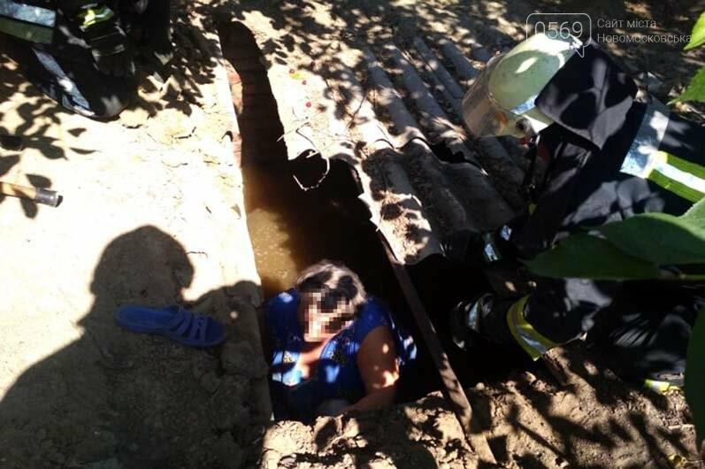 У Новомосковську надзвичайники врятували жінку, яка впала до вигрібної ями, фото-1
