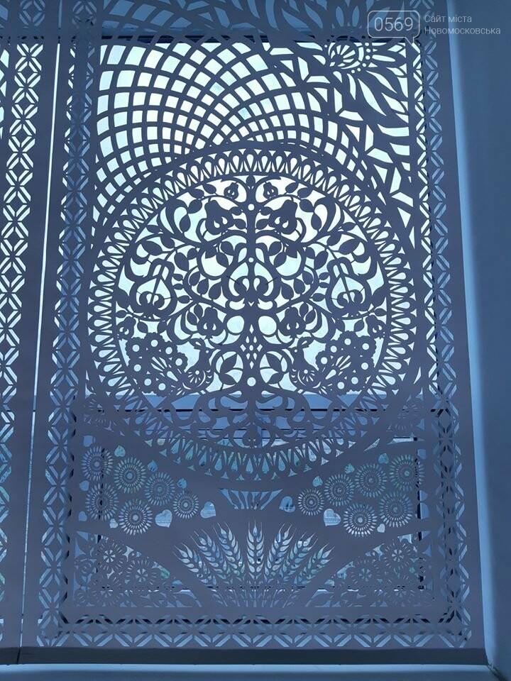 Витинанка-триптих з зображенням Новомосковського Свято-Троїцького собору прикрасила фойє ДНУ: хто створив красу, фото-3