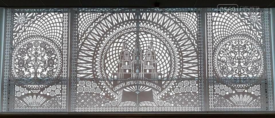 Витинанка-триптих з зображенням Новомосковського Свято-Троїцького собору прикрасила фойє ДНУ: хто створив красу, фото-6