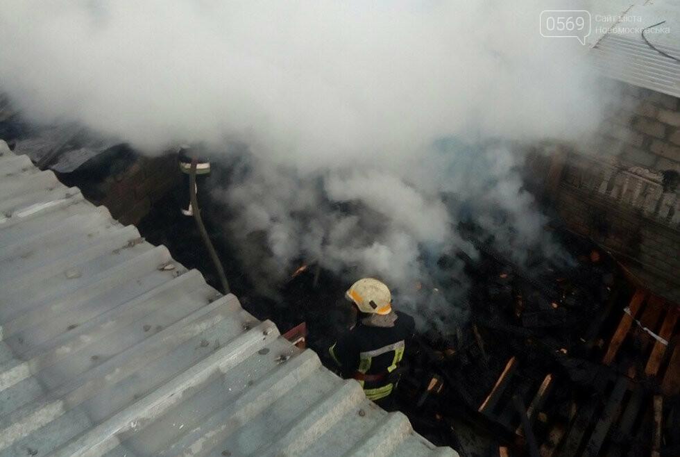 У центрі  Новомосковська вночі запалала неексплуатуєма споруда, фото-3