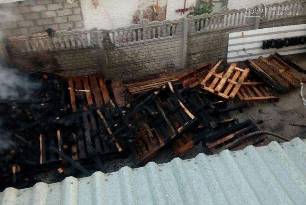 У центрі  Новомосковська вночі запалала неексплуатуєма споруда, фото-2