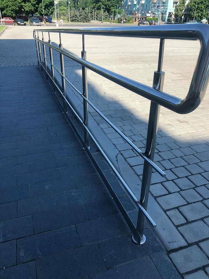 У центрі Новомосковська, на площі Героїв зловмисники пошкодили паркан, фото-2