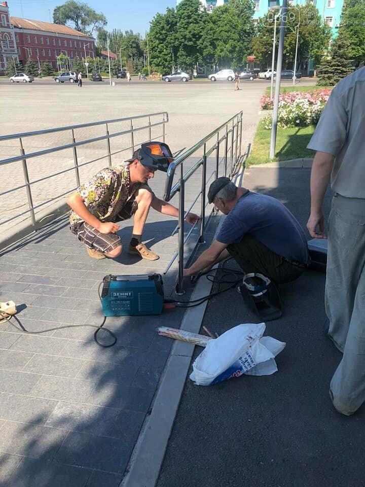 У центрі Новомосковська, на площі Героїв зловмисники пошкодили паркан, фото-1