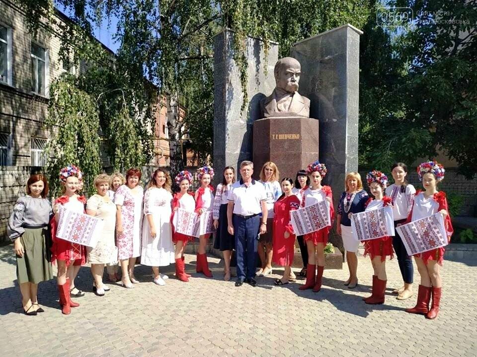 У Новомосковську з нагоди Дня Конституції відбулося покладання квітів до пам'ятника Тараса Шевченка, фото-1
