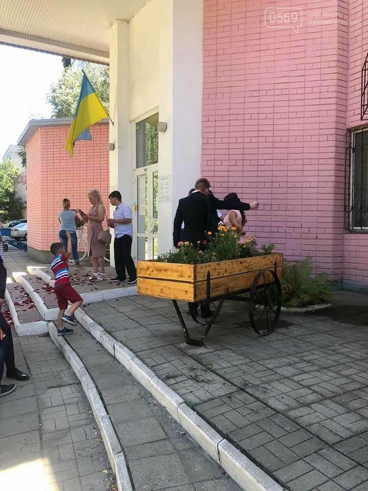У Новомосковську біля ЗАГСу з'явилась квітникова фотозона, фото-1
