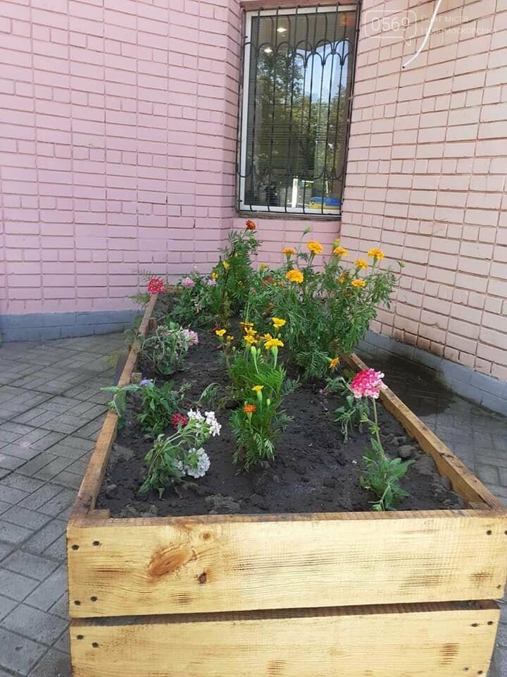 У Новомосковську біля ЗАГСу з'явилась квітникова фотозона, фото-3