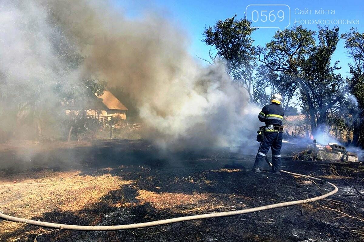 Загорілася трава на подвір'ї, а згодом запалав і будинок: пожежа в Орлівщині Новомосковського району, фото-1