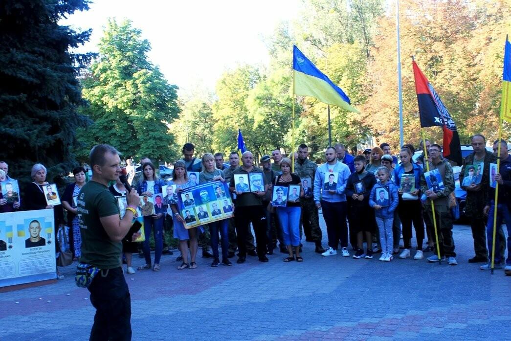 Ветерани АТО/ООС та родини загиблих Героїв  Новомосковщини провели акцію біля мерії міста: ФОТО , фото-2