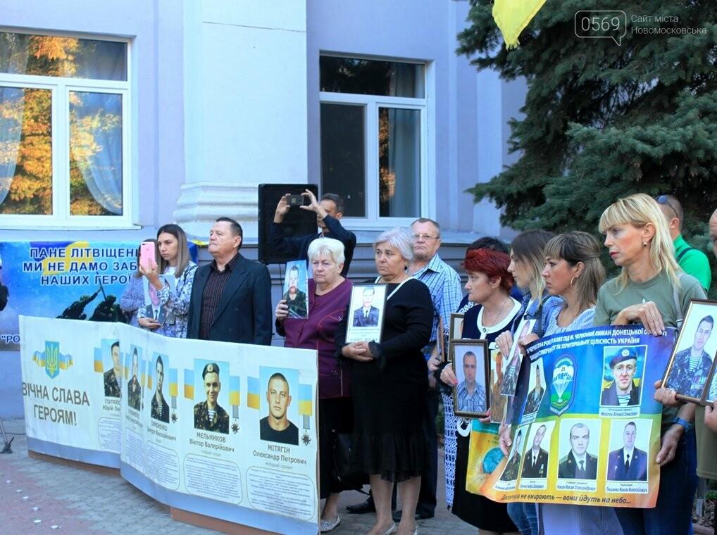 Ветерани АТО/ООС та родини загиблих Героїв  Новомосковщини провели акцію біля мерії міста: ФОТО , фото-11